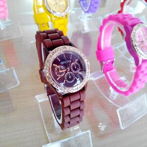 นาฬิกาแฟชั่น ดีไซน์สวย ล้อมเพชร พื้นหน้าปัด3วงเล็ก  ( ยี่ห้อ XINSLON) สายซิลิโคน นิ่มๆ จ้า.....